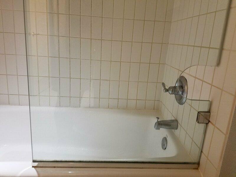 Очень удобное отверстие в стекле, чтобы выключить воду, не намочив одежду reddit, интересно, отель, сервис, фото, хостел