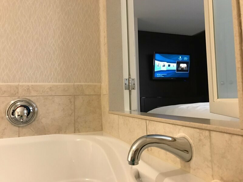 Через окно в ванной комнате этого отеля можно смотреть телевизор, пока расслабляешься в джакузи reddit, интересно, отель, сервис, фото, хостел