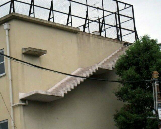 Может быть некоторые из этих лестниц являются частью декораций