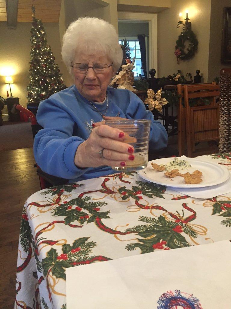 Попробовать пенный напиток возраст, новые свершения, позитив, смех, старость. бабульки, юмор