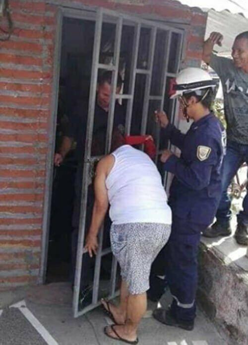 Очень любопытная жительница Колумбии хотела заглянуть (подслушать) соседей, и ее голова застряла