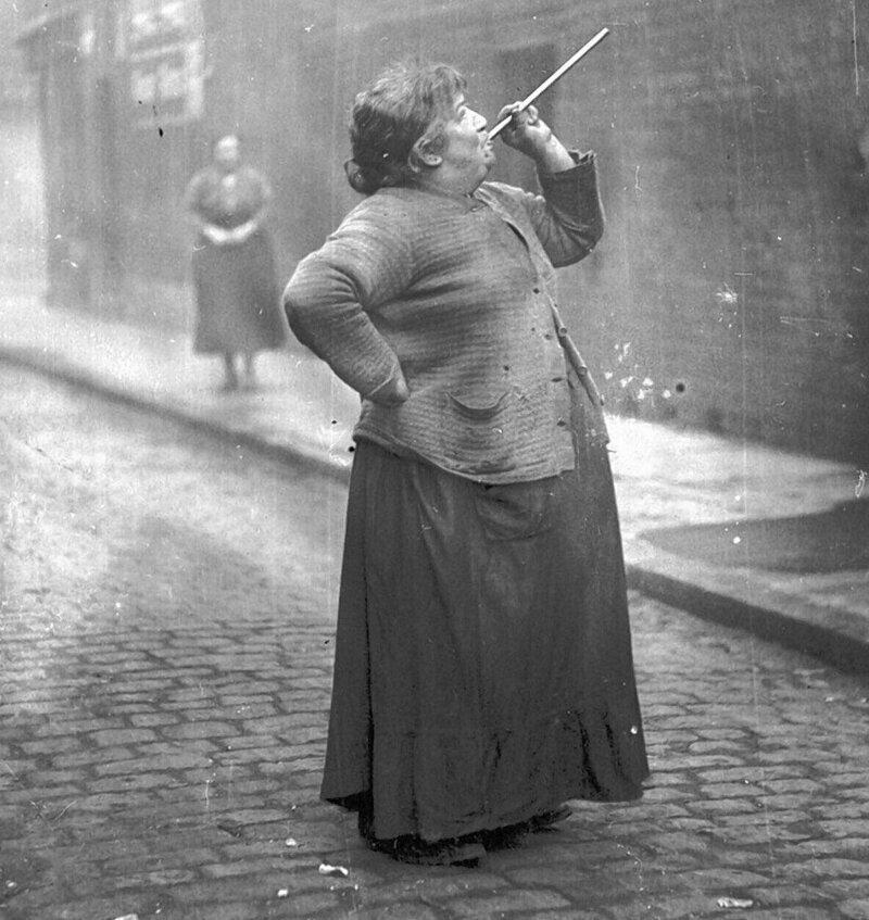 """До 1920-х годов в Англии и Ирландии была работа под названием """"knocker-up"""". Ее суть заключалась в том, чтобы будить людей на работу. Они стучали в окна и двери первых этажей, до верхних доставали с помощью """"плевалок"""""""