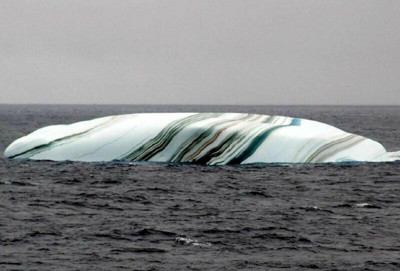 Многие думают, что айсберги одноцветные. Однако во время таяния ледяных шапок, они придают айсбергам разные оттенки (коричневые, зеленые, желтые), из-за чего они становятся даже полосатыми