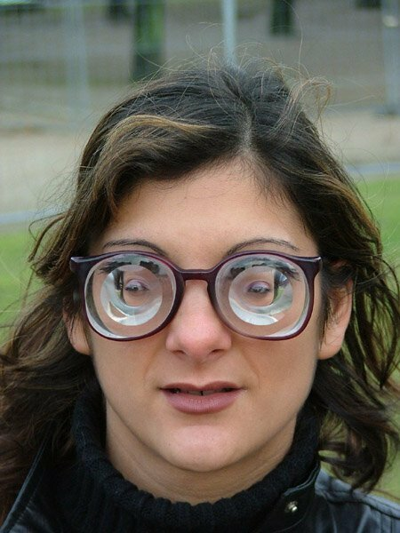 Нет, это не товар из лавки приколов, а специальные очки с диоптриями для людей, чье зрении - 20