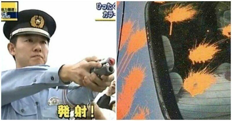 Японские полицейские стреляют краской в машины и людей, чтобы идентифицировать их