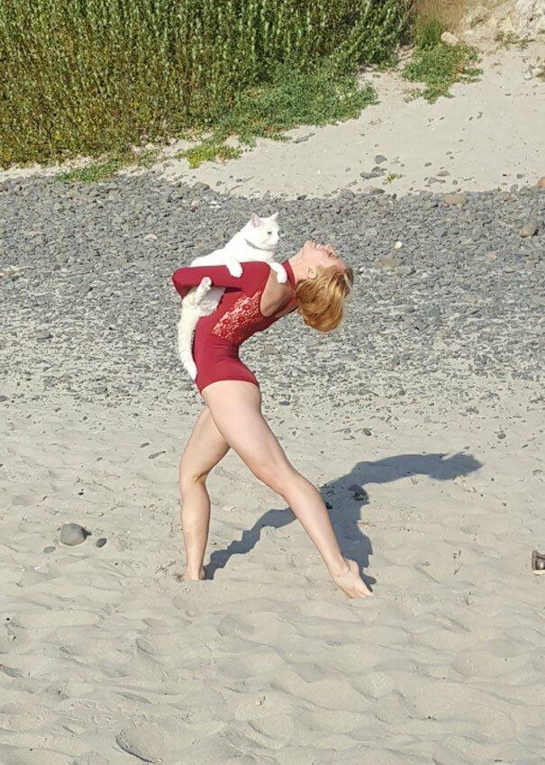 """""""Мы гуляли по пляжу с кошкой, а в это время там была фотосессия у профессиональной танцовщицы"""" вот это да, забавно, находки, неожиданности, пляжи, смешно, странные вещи, удивительное рядом"""