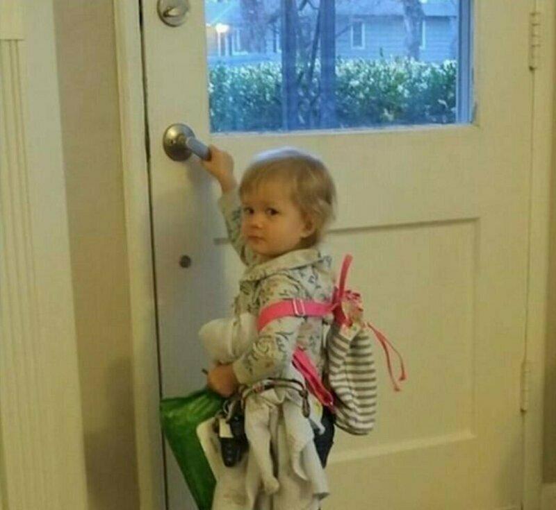 Старшая сестра посмеялась над младшей, а та собрала все свои вещи и ребенка (куклу), и ушла