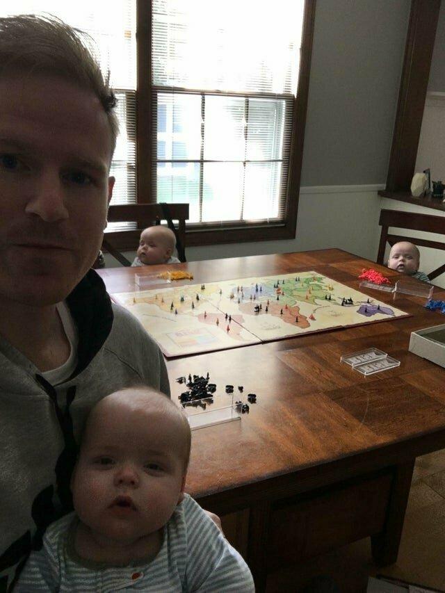 """""""Жена впервые оставила меня с детьми. Когда она попросила прислать фото - я выслал ей это. Младенцы готовят план по захвату мира!"""""""