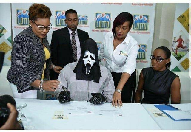 Человек, выигравший в лотерею, пришел за своим призом в маске. Согласитесь, выглядит сюрреалистично