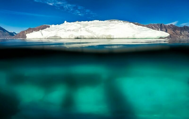 А одна канадская фирма уже давно вылавливает айсберги  для производства чистой воды айсберг, интересное, лед, под водой, природа