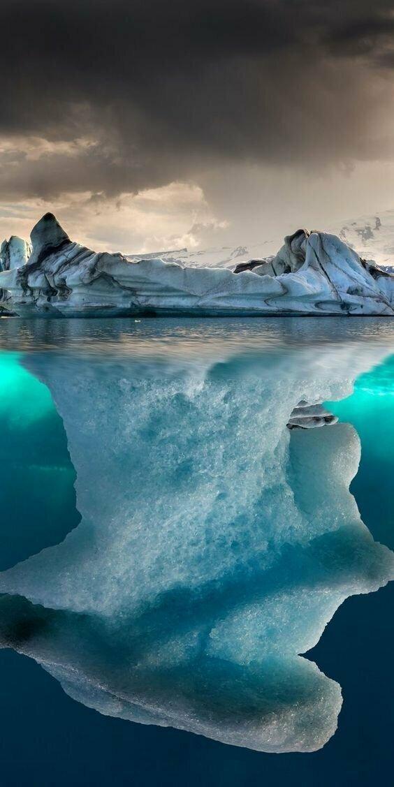 Поскольку плотность льда составляет 920 кг/м³, а плотность морской воды — около 1025 кг/м³, около 90 % объёма айсберга находится под водой айсберг, интересное, лед, под водой, природа