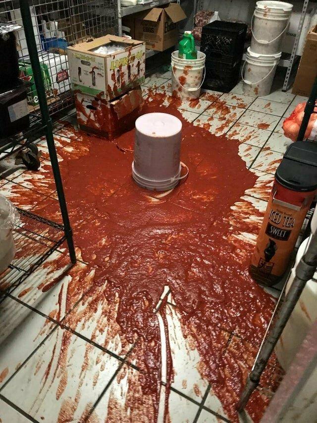 Одного сотрудника попросили убрать соус подальше не повезло, неудача, неудачи, неудачники, прикол, провал, фото