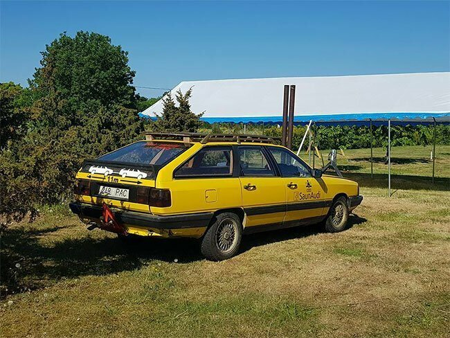 Дровяная сауна внутри Audi 100 1984 года выпуска