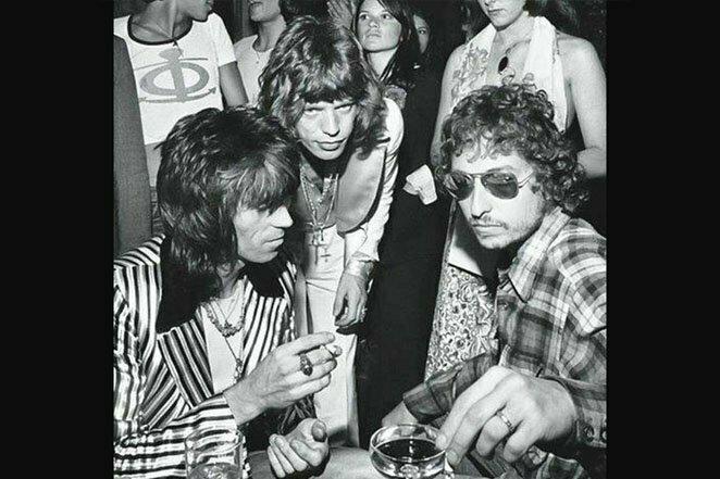 Секс, наркотики, рок-н-ролл: Мик Джаггер, Кит Ричардс и Боб Дилан в нью-йоркском клубе в 1972 году. Отмечают 29-летие Мика Джаггера 20 век, звезды, знаменитости, знаменитости в молодости, известные, известные люди, известные люди в молодости, старые фотографии