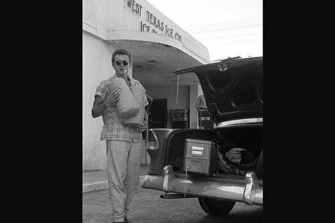 Джеймс Дин на выходе из магазина продуктов. Он навсегда останется крутым голливудским парнем! 20 век, звезды, знаменитости, знаменитости в молодости, известные, известные люди, известные люди в молодости, старые фотографии