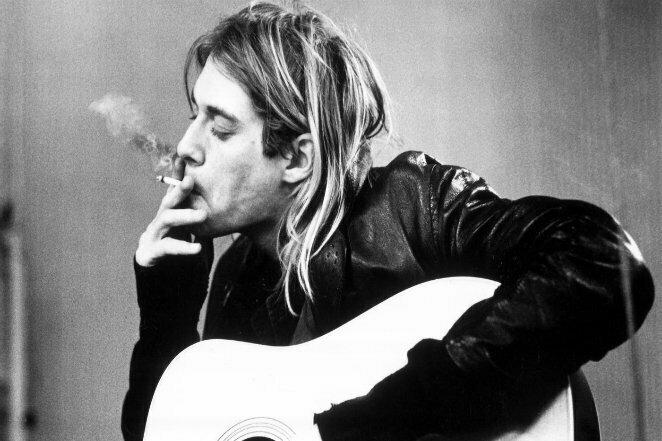 """Король гранжа: Курт Кобейн с сигаретой во время записи альбома """"In Utero"""", примерно 1992-1993 г. 20 век, звезды, знаменитости, знаменитости в молодости, известные, известные люди, известные люди в молодости, старые фотографии"""