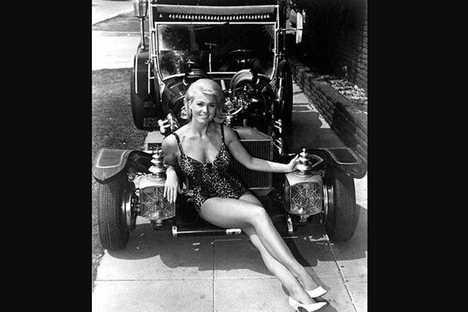 """Пэт Прист в роли Мэрилин Мюнстер из сериала CBS """"Семейка монстров"""". И семейное авто из того же сериала? 60-е годы 20 век, звезды, знаменитости, знаменитости в молодости, известные, известные люди, известные люди в молодости, старые фотографии"""