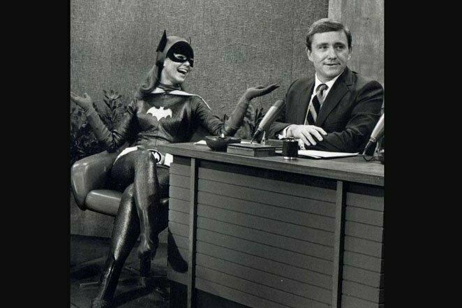 "Ивонн Крэйг в роли Бэтгёрл на ""Шоу Мерва Гриффина"", 1967 г. 20 век, звезды, знаменитости, знаменитости в молодости, известные, известные люди, известные люди в молодости, старые фотографии"