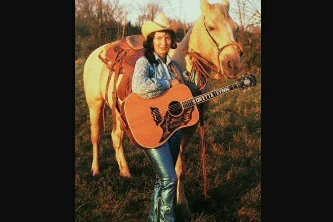 Кантри-певица Лоретта Линн, 70-е годы. Она по сей день является самой продаваемой женщиной-музыкантом в этом жанре 20 век, звезды, знаменитости, знаменитости в молодости, известные, известные люди, известные люди в молодости, старые фотографии