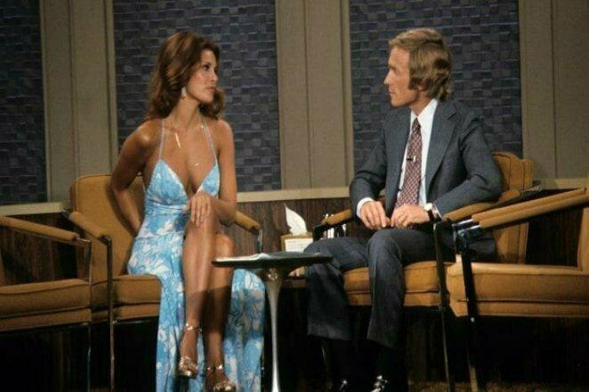 Великолепная Ракель Уэлч, секс-символ 70-х, во время интервью с Диком Каветтом в далеком 1972 году 20 век, звезды, знаменитости, знаменитости в молодости, известные, известные люди, известные люди в молодости, старые фотографии