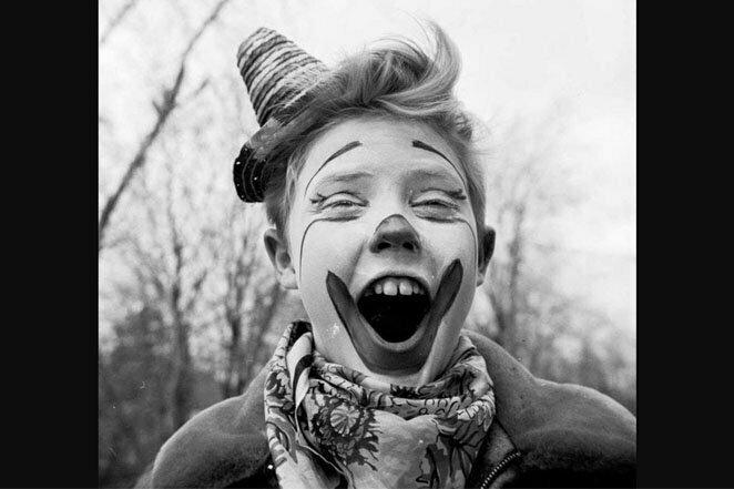 Глупый клоун: Кристофер Уокен развлекает своих приятелей. Бейсайд, Квинс, 1955 г. 20 век, звезды, знаменитости, знаменитости в молодости, известные, известные люди, известные люди в молодости, старые фотографии