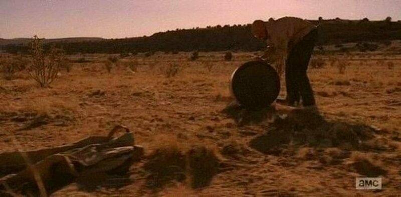 """""""Во все тяжкие""""   В самом начале сериала Уолт снимает свои штаны, когда он и Джесси впервые готовят мет в пустыне. К концу сериала он возвращается в пустыню, а его штаны всё ещё там. Вы можете видеть их в левом нижнем углу забавно, интересное, кино, киноляпы, пасхалки, факт"""