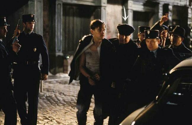 """""""Поймай меня, если сможешь"""" Мошенника Фрэнка в исполнении Леонардо ДиКаприо по сюжету ловят во Франции, а арестовывает его переодетый во французского жандарма настоящий Фрэнк Абигнейл, по чьей реальной истории снят этот фильм забавно, интересное, кино, киноляпы, пасхалки, факт"""