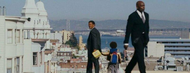 В «Погоне за счастьем (2006)», Уилл Смит который играет Криса Гарднера, в конце фильма проходит рядом с мужчиной который является настоящим Крисом Гарднером, на жизни которого и основан этот фильм забавно, интересное, кино, киноляпы, пасхалки, факт