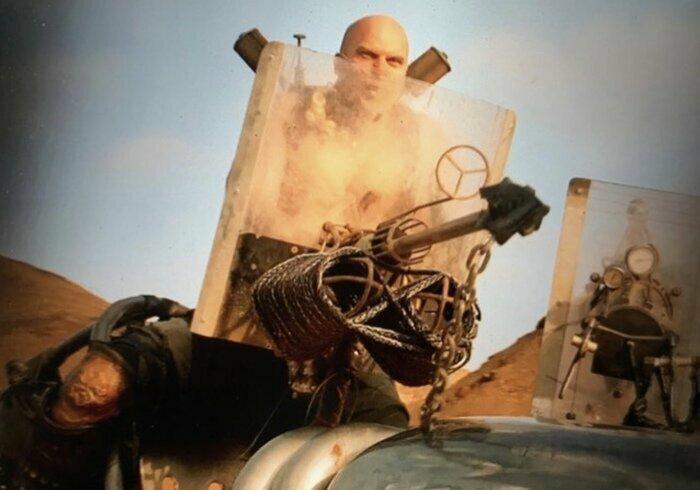 В фильме «Безумный Макс: Дорога ярости» (2015) в качестве прицела для гарпуна используется значок от «Мерседеса» забавно, интересное, кино, киноляпы, пасхалки, факт