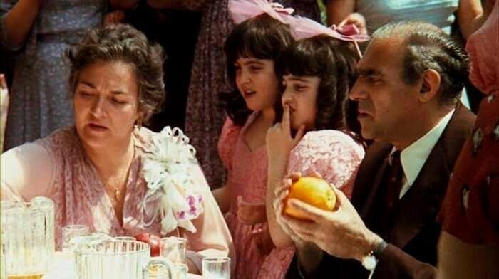 «Крестный отец» (1972) В большинстве сцен, предшествующих чьей-либо смерти, можно увидеть апельсины. Таким образом, в фильме эти яркие фрукты являются предвестниками смерти забавно, интересное, кино, киноляпы, пасхалки, факт