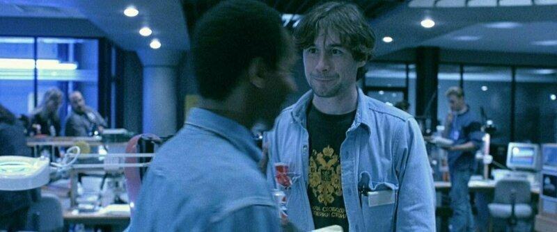 """""""Терминатор 2"""" Сотрудник Cyberdyne носит футболку с гербом РФ, надпись на футболке: «Когда была свободна Русь, то три копейки стоил гусь» забавно, интересное, кино, киноляпы, пасхалки, факт"""
