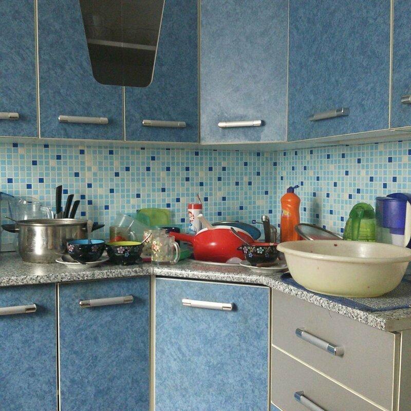 Так выглядит кухня , если нет посудомоечной машины instagram, горячая вода, отключение горячей воды, приколы, смешно, соцсети, фото