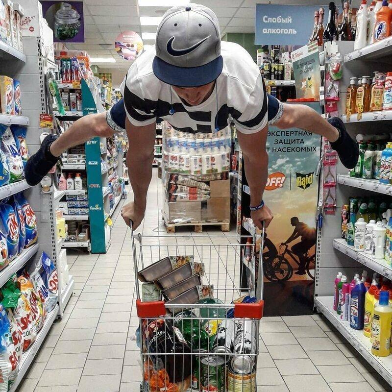 Чего только с тележками не происходит в магазине, на витрине, прикол, смешно, супермаркет, фото