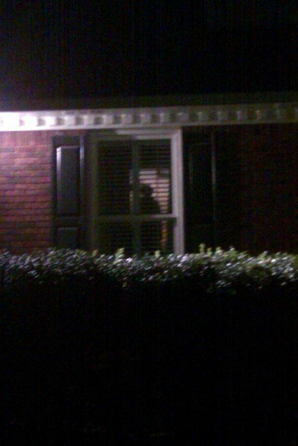 """14. """"В окне своего дома я увидела странную фигуру. В ужасе я вызвала полицейских, они осмотрели мой дом. Виновник? Мое развешанное белье"""" вещь, восприятие, испуг, обман, оптическая иллюзия, показалось, фотомир"""