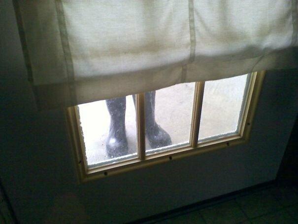 4. Забыл, что оставил сапоги у входной двери вещь, восприятие, испуг, обман, оптическая иллюзия, показалось, фотомир