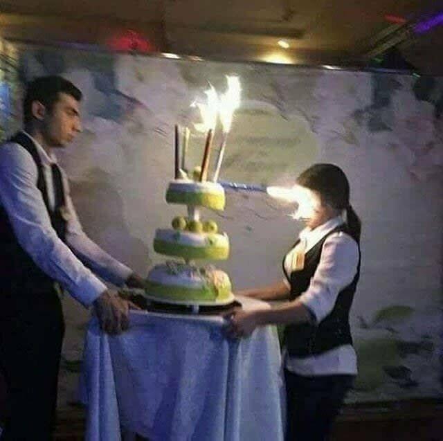 Эта официантка вряд ли снова захочет обслуживать дни рождения