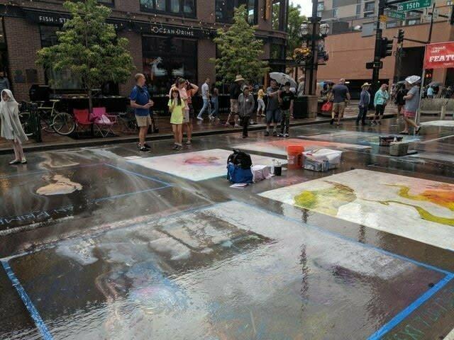Участникам конкурса рисунков мелом на асфальте не повезло с погодой