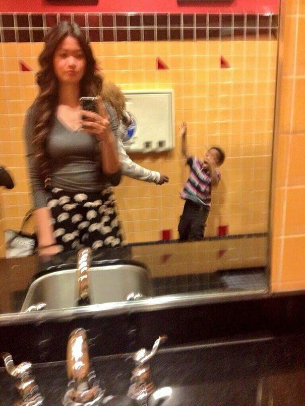 Когда сумасшедшая мать, которая дубасит ребенка сандалием, портит тебе селфи забавно, задний план, задний фон, подборка, селфи, смешно, фото, юмор