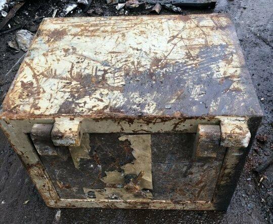 Кто бы мог подумать, что в старом железном ящике можно обнаружить целое состояние в мире, деньги, металлолом, находка, сейф, чудо