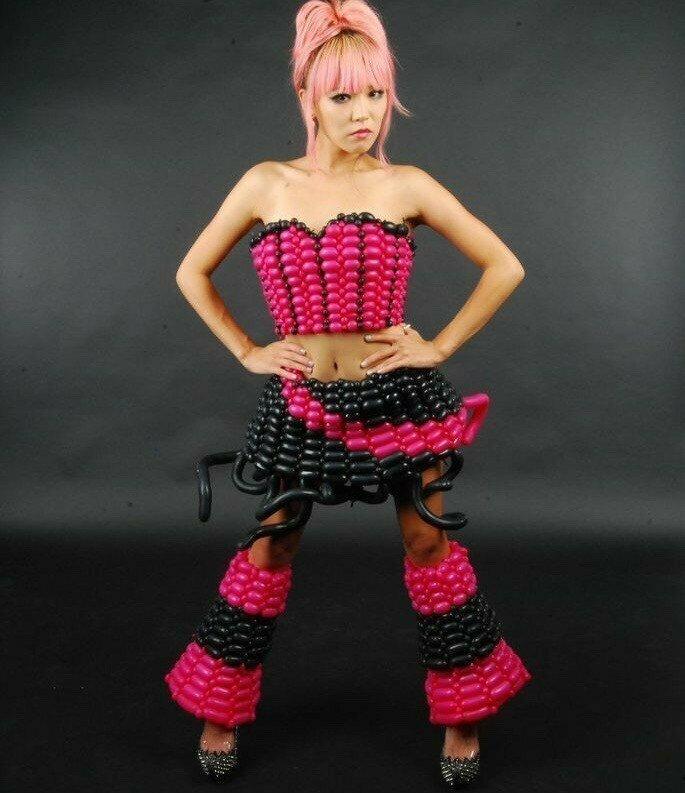 Дерзкая девушка воздушные шарики, карнавал, костюмы, крутость, смелость, смешно