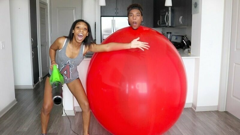 Парня поглотил воздушный шар воздушные шарики, карнавал, костюмы, крутость, смелость, смешно