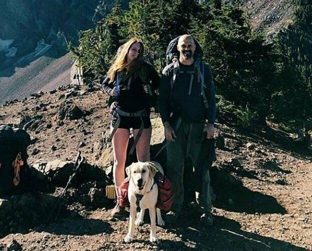 Эрин (на фото рядом с отцом) призналась, что их собака не оценила новое хобби отца и пытается сгрызть музыкальный инструмент