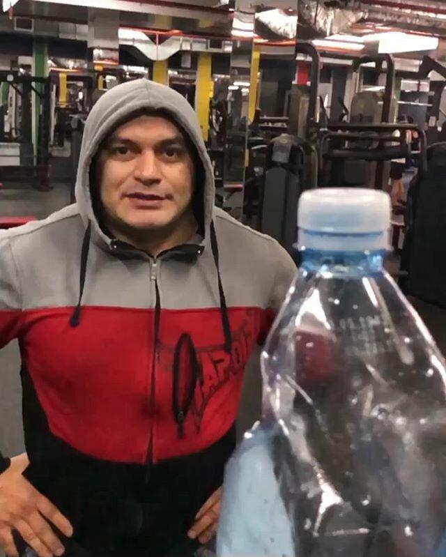 Мастера единоборств и актеры боевиков принялись испытывать себя в Bottle Cap Challenge