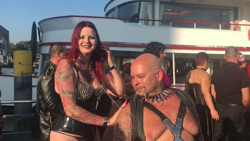 Жители прибрежного города, в котором стартует Torture ship, собираются у причала, чтобы поглазеть на разношерстных гостей лайнера torture ship, бдсм, германия, круиз