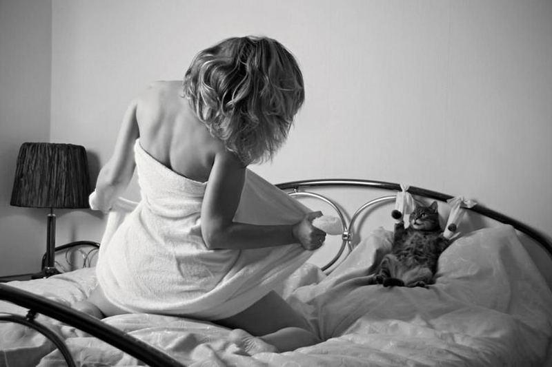 Немного забавного интима между девушками и животными