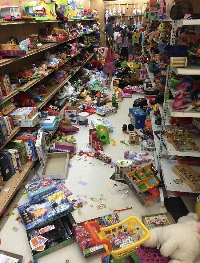 Дети в присутствии родителей разгромили стенд в магазине игрушек. Жаль того, кому придется это все убирать