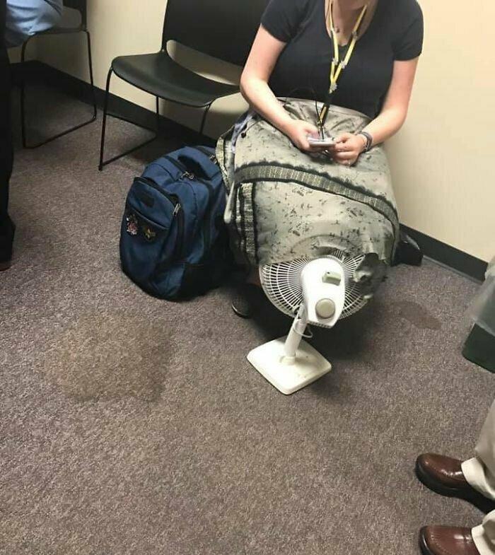Женщина решила использовать единственный вентилятор в душном общественном месте, чтобы проветрить пятую точку