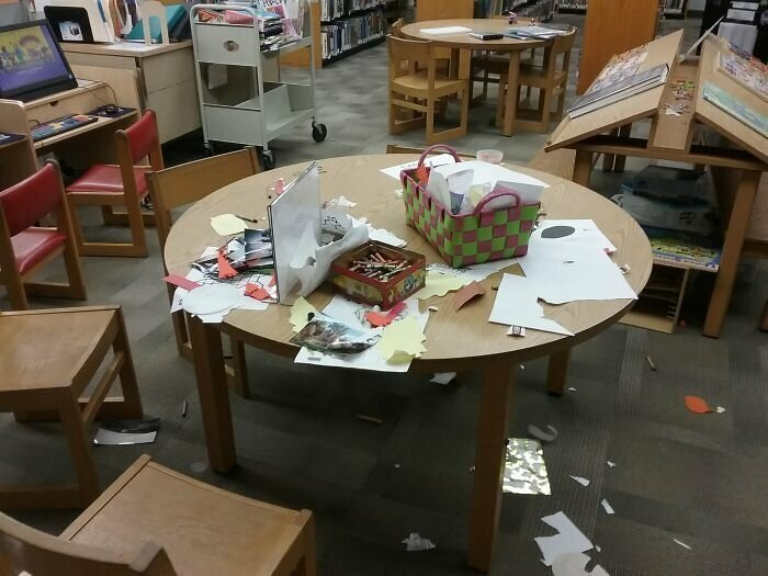 Некоторые родители думают, что оставлять стол в библиотеке после детей в таком состоянии - норма