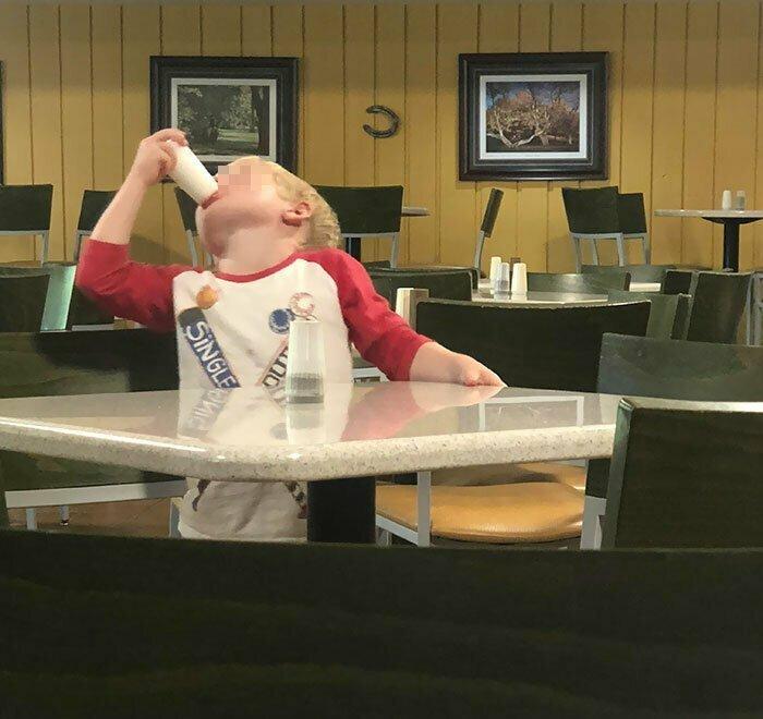 Пока мать разговаривала по телефону, ребенок опробовал солонки во всем ресторане