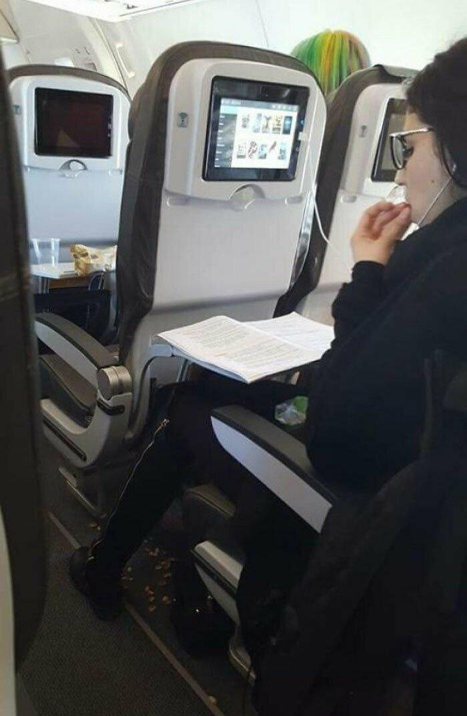 Пассажирка самолета, щелкая фисташки, кидает скорлупу на пол